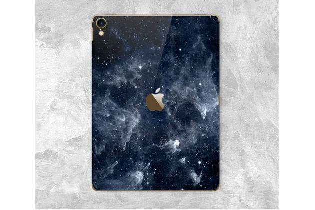 Фирменная оригинальная защитная пленка-наклейка с  рисунком на твёрдой основе, которая не увеличивает в размерах для iPad Pro 10.5 тематика Космос