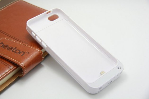 Чехол со встроенной усиленной батарей-аккумулятором большой повышенной расширенной ёмкости 2200mAh для iPhone 5C/5S/SE/ 5SE белый пластиковый + гарантия