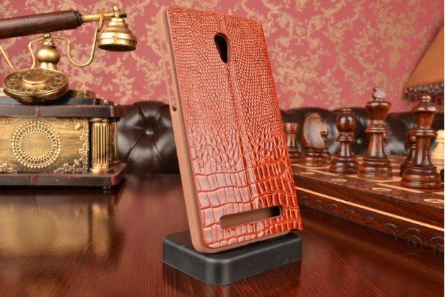 Фирменный роскошный эксклюзивный чехол с объёмным 3D изображением кожи крокодила коричневый для ASUS Zenfone 5 / Zenfone 5 LTE A501CG/A500KL. Количество ограничено