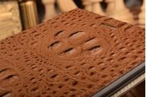 """Фирменный роскошный эксклюзивный чехол с объёмным 3D изображением рельефа кожи крокодила коричневый для ASUS ZenFone 3 Ultra ZU680KL 6.8"""". Только в нашем магазине. Количество ограничено"""