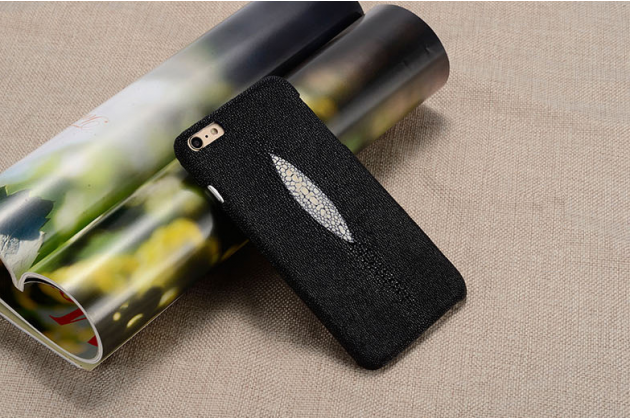 Фирменная роскошная эксклюзивная накладка из натуральной рыбьей кожи СКАТА (с жемчужным блеском) чёрный для HTC Bolt/HTC Desire 10/ Desire 10 Lifestylle. Только в нашем магазине. Количество ограничено