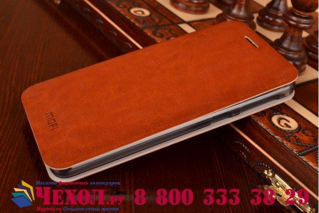 Фирменный чехол-книжка из качественной водоотталкивающей импортной кожи на жёсткой металлической основе для HTC Desire 826 коричневый