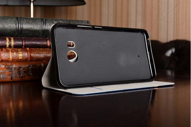 Фирменный чехол-книжка с визитницей и мультиподставкой на жёсткой металлической основе для HTC U11 синий из настоящей джинсы