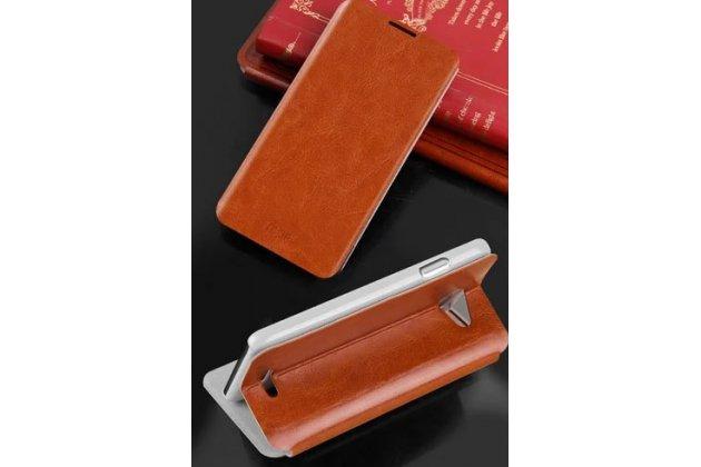 Фирменный чехол-книжка из качественной водоотталкивающей импортной кожи на жёсткой металлической основе для HTC Desire 516 Dual sim коричневый