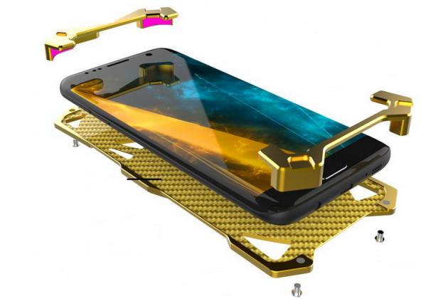 Противоударный металлический чехол-бампер из цельного куска металла с усиленной защитой углов и необычным экстремальным дизайном  для  Huawei Honor Magic золотого цвета