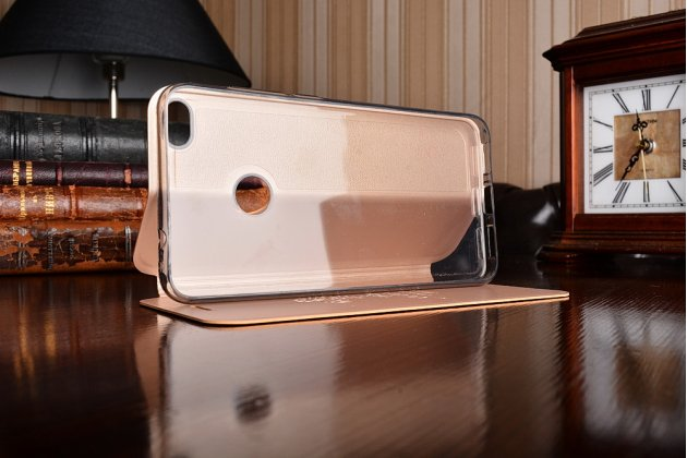 Фирменный чехол-книжка из качественной водоотталкивающей импортной кожи на жёсткой металлической основе для Huawei Honor 8 Lite / Huawei P8 Lite 2017 Edition  золотой