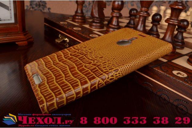 Фирменный роскошный эксклюзивный чехол с объёмным 3D изображением кожи крокодила коричневый для Nokia Lumia 1520 . Только в нашем магазине. Количество ограничено