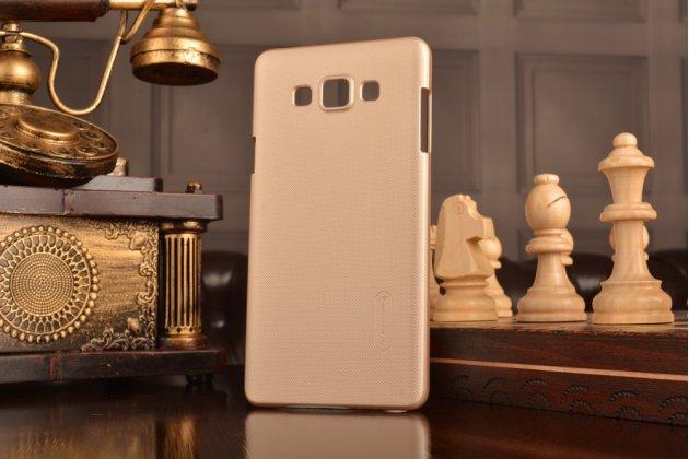 Фирменная задняя панель-крышка-накладка из тончайшего и прочного пластика для  Samsung Galaxy A7/A7 Duos SM-A700F/A700H/A700FD золотая