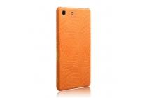 Фирменная необычная элитная пластиковая задняя панель-накладка для Sony Xperia M5 E5603/ M5 Dual E5633 обтянутая кожей крокодила оранжевая