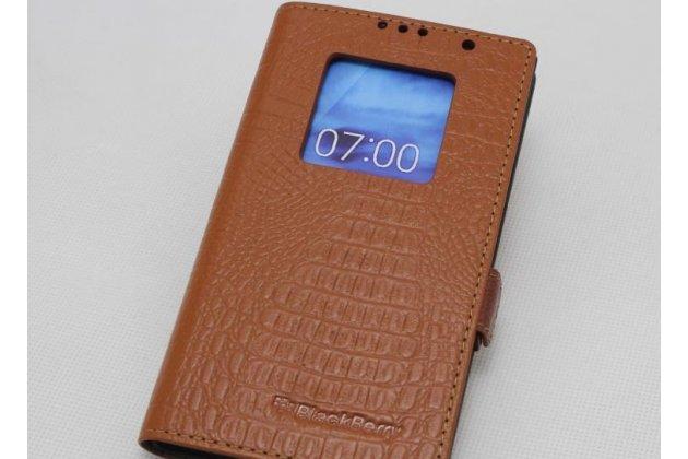 Фирменный оригинальный чехол-книжка с фактурной прошивкой рельефа кожи крокодила с логотипом и окошком для входящих вызовов для BlackBerry KEYone/ DTEK70 светло-коричневый