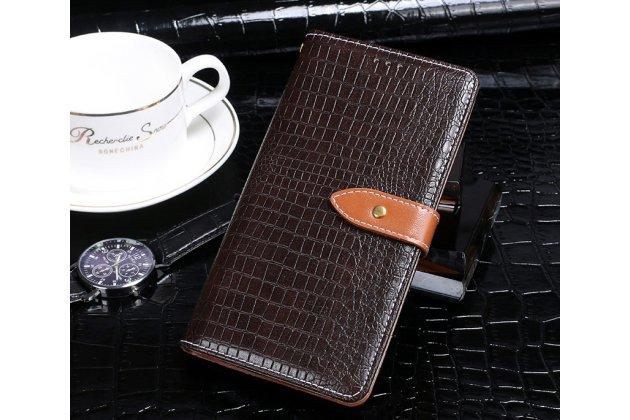 Фирменный роскошный эксклюзивный чехол с фактурной прошивкой рельефа кожи крокодила и визитницей коричневый для HTC Desire 12. Только в нашем магазине. Количество ограничено