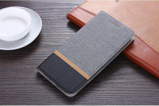 Фирменный чехол-книжка водоотталкивающий с мульти-подставкой на жёсткой металлической основе для HTC Desire 12 серый из настоящей джинсы