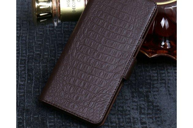 Фирменный роскошный эксклюзивный чехол с фактурной прошивкой рельефа кожи крокодила коричневый для HTC Desire 12. Только в нашем магазине. Количество ограничено