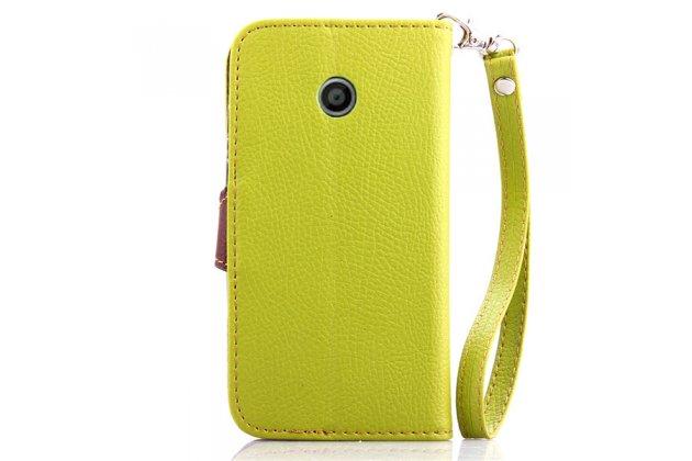 Фирменный уникальный необычный чехол-книжка для Motorola Moto E (XT1021/ XT1022/ XT1025) / Motorola Moto E Dual sim зеленый с декорированной застежкой в виде листочка