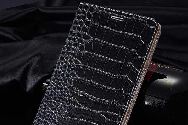 Фирменный роскошный эксклюзивный чехол с фактурной прошивкой рельефа кожи крокодила и визитницей черный для Philips S616. Только в нашем магазине. Количество ограничено