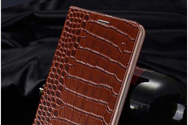 Фирменный роскошный эксклюзивный чехол с фактурной прошивкой рельефа кожи крокодила и визитницей коричневый для Philips S616. Только в нашем магазине. Количество ограничено