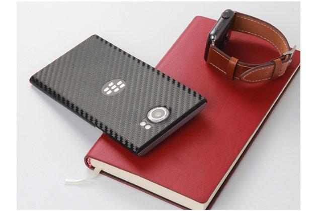 """Фирменная оригинальная защитная пленка-наклейка с 3d рисунком с матовой отделкой """"под карбон"""" на твёрдой основе, ударопрочная, которая не увеличивает телефон в размерах для телефона BlackBerry Priv черная"""