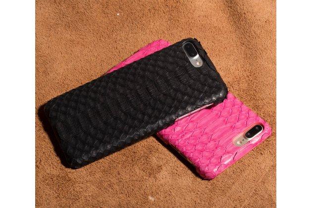 Фирменная элегантная экзотическая задняя панель-крышка с фактурной отделкой натуральной кожи змеи черного цвета для LG V30  Plus. Только в нашем магазине. Количество ограничено.