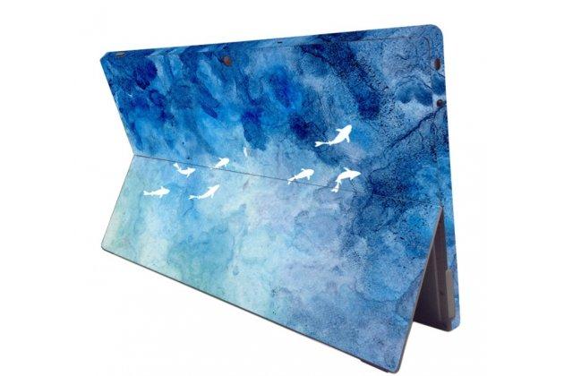 Фирменная оригинальная защитная пленка-наклейка с 3d рисунком на твёрдой основе, которая не увеличивает ноутбук в размерах для Microsoft Surface Pro 5 тематика Дельфины