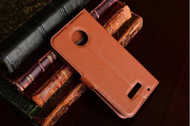 Фирменный чехол-книжка из качественной импортной кожи с подставкой застёжкой и визитницей для Motorola Moto Z коричневый