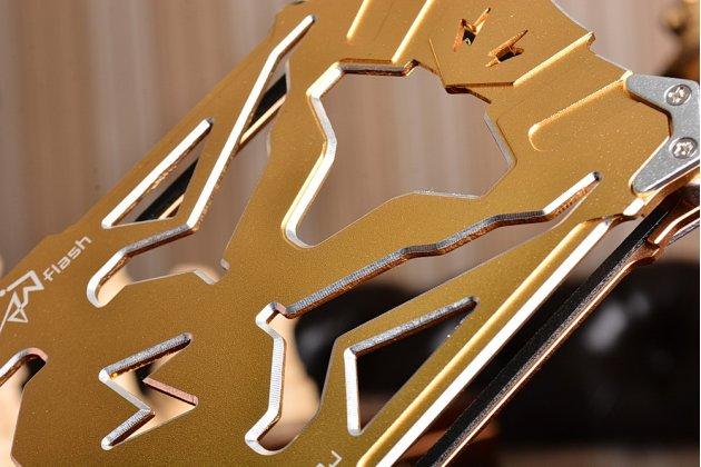 Противоударный металлический чехол-бампер из цельного куска металла с усиленной защитой углов и необычным экстремальным дизайном  для  Samsung Galaxy C7 Pro SM-C7010 золотого цвета