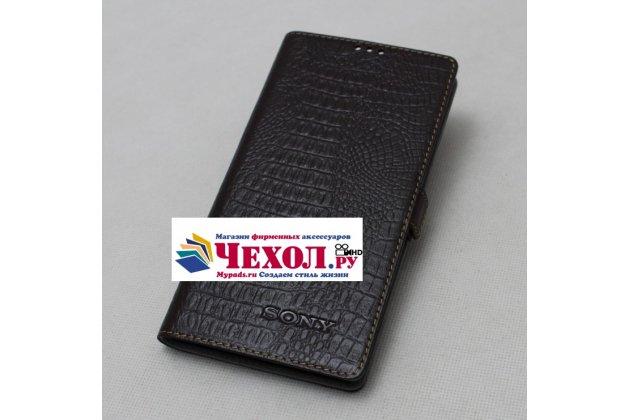 Фирменный роскошный эксклюзивный чехол с фактурной прошивкой рельефа кожи крокодила и застежкой коричневый для Sony Xperia E5. Только в нашем магазине. Количество ограничено